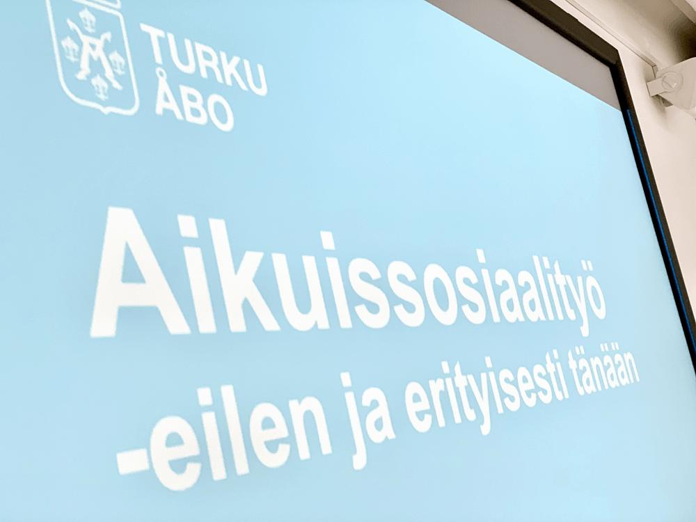 Diaesityksen kansi: Aikuissosiaalityö - eilen ja erityisesti tänään.