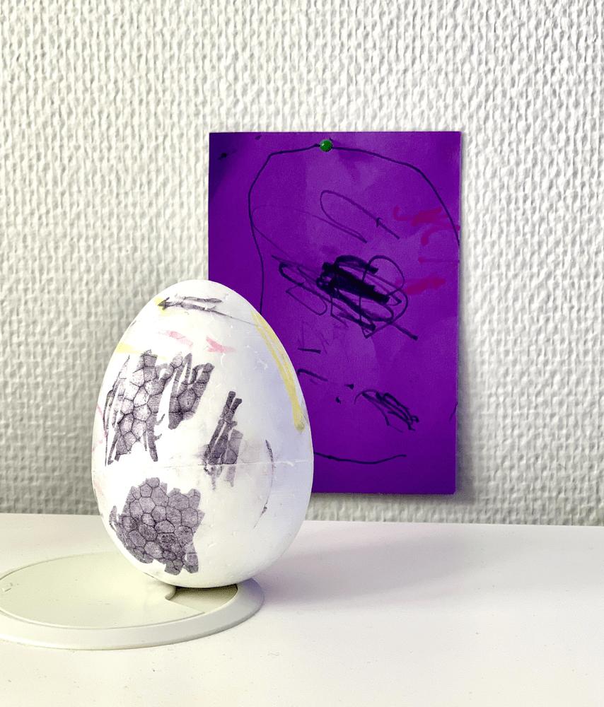 Piirros ja maalattu pääsiäismuna.