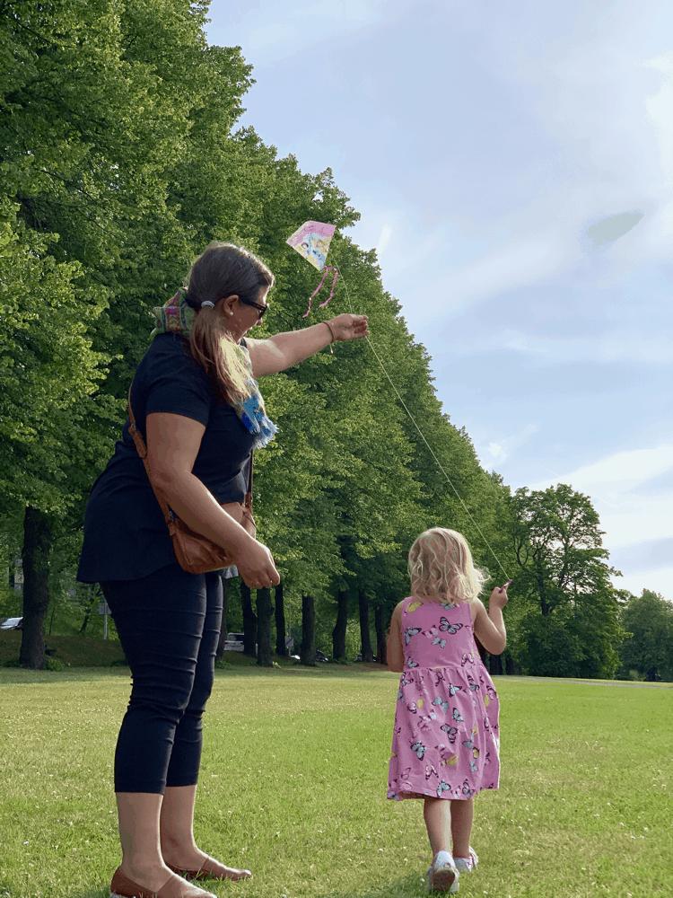 Lapsi ja vanhempi lennättävät leijaa