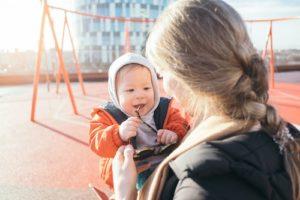 Lapsi ja äiti leikkipuistossa